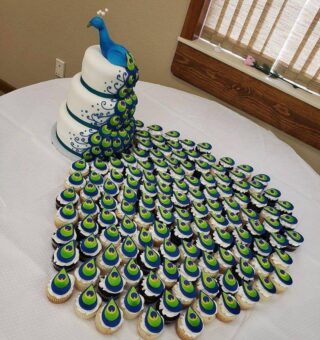 #Peacock cake with tail made up of cupcakes #cupcakes #cupcakesofinstagram #cacke #cackedesign #creativity #foodlovers #foodiesofinstagram